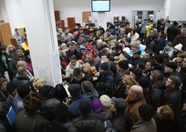 В Крыму разберутся с «продавцами очереди», фото — «Рекламы города Саки»