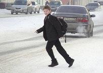 """В Крыму дети подхватили модную игру """"Беги или умри!"""" Цель - перебежать дорогу перед едущим авто СКРИНШОТ, фото — «Рекламы Коктебеля»"""