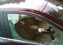 В Крыму неизвестная дама с коляской разбила молотком окна припаркованного автомобиля СКРИНШОТ, фото — «Рекламы Коктебеля»