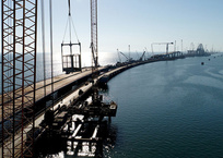 Началась установка автодорожной арки Керченского моста, фото — «Рекламы Алушты»