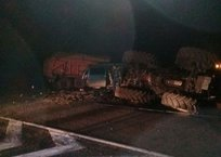 На керченской трассе грузовик протаранил трактор, фото — «Рекламы Крыма»