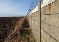 Строительство 50-километрового забора на границе Крыма с Украиной закончится до июля 2018 года, фото — «Рекламы Ялты»