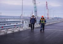 На пилотном участке Крымского моста установили мачты освещения и барьеры, фото — «Рекламы Феодосии»