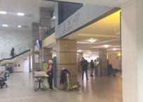 """В новом красивейшем терминале аэропорта Симферополя уже обосновались """"базарники"""": «Беляши! Горячие беляши!», фото — «Рекламы Черноморского»"""