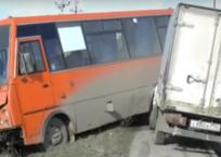 Грузовик в Крыму влетел в пассажирский автобус на тротуаре, фото — «Рекламы Феодосии»