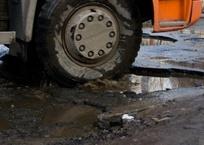 Дорогу Орловка-Бахчисарай перекрыли, перегруженные самосвалы пустили по Симферопольской трассе, фото — «Рекламы Феодосии»