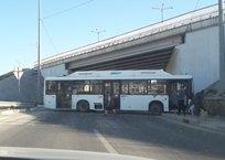 В Севастополе автобус врезался в стену и перегородил дорогу, фото — «Рекламы Севастополя»