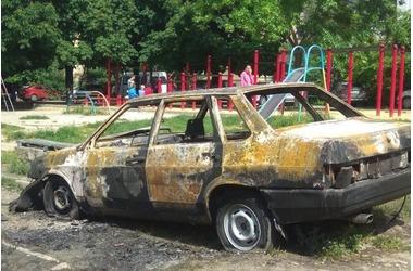 В Симферополе массово поджигают машины, припаркованные на газоне, фото — «Рекламы Симферополя»