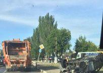 В Феодосии у ж/д переезда автомобиль снес столб и загорелся, фото — «Рекламы Феодосии»