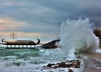 В сети появилось видео попытки спасения подростка на набережной в Ялте , фото — «Рекламы Черноморского»