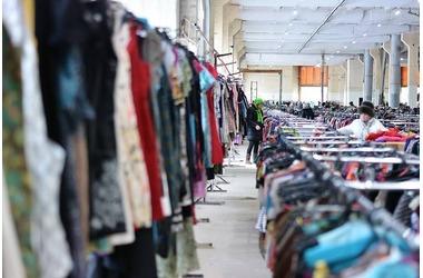Женщина обокрала в Симферополе магазин и раздала вещи бездомным, фото — «Рекламы Черноморского»