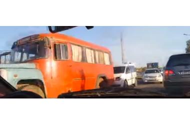 На железнодорожном переезде в Крыму легковушка столкнулась со служебным автобусом ВИДЕО, фото — «Рекламы Красноперекопска»