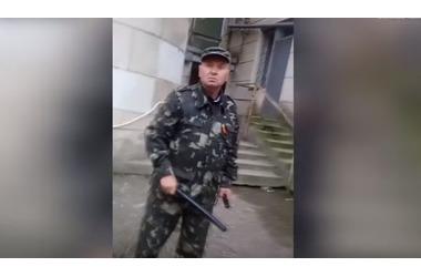 """""""Еще раз придешь - я тебя убью"""": охранник крымской больницы избил посетителя дубинкой ВИДЕО, фото — «Рекламы Джанкоя»"""