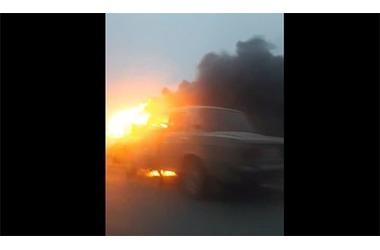 """На крымской трассе горит автомобиль """"Жигули"""" ФОТО, фото — «Рекламы Джанкоя»"""