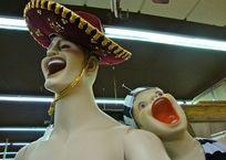В Крыму грабитель на глазах у продавцов уволок из магазина манекен, фото — «Рекламы Симферополя»
