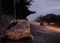 Проезд открыт: трассу Севастополь-Ялта расчистили от упавших валунов ФОТО, фото — «Рекламы Севастополя»