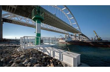 На всякий случай: на Керченском мосту установили защиту для опор от столкновения с судами, фото — «Рекламы Алупки»