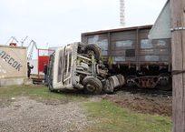 В Крыму поезд раздавил грузовик ФОТО, ВИДЕО, фото — «Рекламы Алупки»