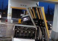 В Симферополе водитель забыл вытащить пистолет и разворотил колонку АЗС ФОТОФАКТ, фото — «Рекламы Симферополя»