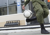 Работники украинского военкомата похитили крымского футболиста и хотели отправить его в армию, фото — «Рекламы города Саки»