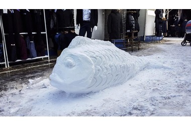 На Центральном рынке Симферополя слепили снежную... рыбу ФОТО, фото — «Рекламы Крыма»