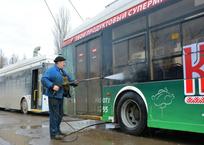Сотрудники «Крымтроллейбуса» вынуждены мыть транспорт вручную, фото — «Рекламы Бахчисарая»