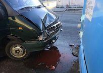 На обледеневшей улице в Симферополе маршрутка столкнулась с автобусом ФОТО, фото — «Рекламы Белогорска»