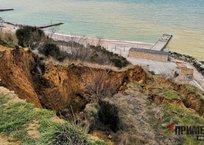 Оползень на Северной стороне Севастополя грозит разрушением пляжу «Толстяк» ФОТО, фото — «Рекламы Севастополя»
