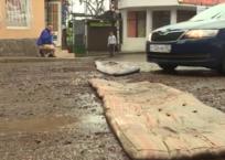 Жители Крыма отремонтировали дорогу старыми матрасами ВИДЕО, фото — «Рекламы Партенита»