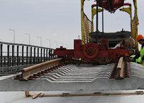 На Крымском мосту начали укладывать рельсы со стороны Керчи ВИДЕО, фото — «Рекламы Симферополя»