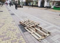 Провалившуюся в центре Симферополя плитку закрыли поддоном ФОТО, фото — «Рекламы Алушты»