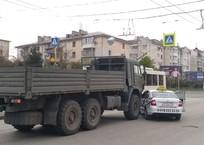 КамАЗ и легковушка столкнулись в Севастополе ФОТО, фото — «Рекламы Севастополя»