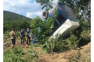 На крымской дороге микроавтобус упал в виноградники ФОТО, фото — «Рекламы Симферополя»