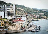 На берегу Балаклавской бухты демонтируют заброшенное здание, фото — «Рекламы Севастополя»