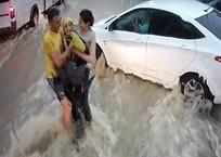 «Спасти ребенка - это на уровне инстинкта»: В Севастополе горожане вытащили мальчика из потока воды ВИДЕО, фото — «Рекламы Крыма»