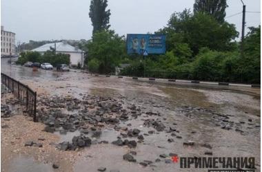 На спуске Котовского в Севастополе дорожники кладут асфальт прямо поверх ливневой реки, фото — «Рекламы Севастополя»