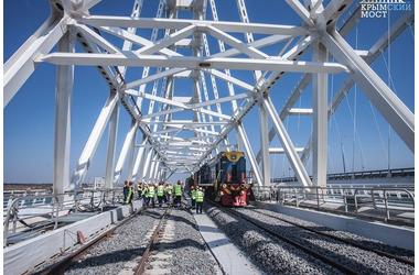 На железнодорожной части Крымского моста завершена укладка рельсов ФОТО, фото — «Рекламы Ялты»