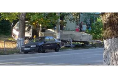 В Крыму манипулятор снес дорожное ограждение, чтобы не сбить пешеходов ФОТО, фото — «Рекламы Партенита»