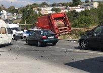 В Севастополе у мусоровоза отказали тормоза: разбиты 15 машин ВИДЕО, ФОТО, фото — «Рекламы Севастополя»