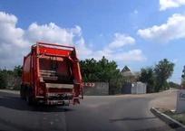 Появилось видео, как у мусоровоза в Севастополе отказали тормоза и из него выпрыгнул человек, фото — «Рекламы Севастополя»
