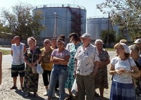 «Дышать невозможно, болит голова»: Жители Ленино задыхаются от выбросов нефтебазы, фото — «Рекламы Красногвардейского»