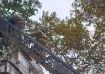 Крымские спасатели снимали женщину с козырька верхнего балкона пятиэтажки ФОТО, фото — «Рекламы Черноморского»