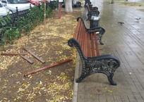 В Севастополе сломали шесть скамеек на площади Захарова ФОТО, фото — «Рекламы Севастополя»