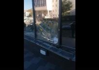 Не вошел в поворот: в Симферополе автомобиль на большой скорости въехал в здание ВИДЕО, фото — «Рекламы Джанкоя»