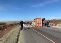 На трассе Симферополь – Евпатория перевернулся грузовик с мусором ФОТО, ВИДЕО, фото — «Рекламы Крыма»
