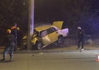 Ночью в Севастополе автомобиль «влетел» в столб. Погиб человек, фото — «Рекламы Севастополя»