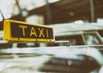 В Ялте пассажирка такси силой отобрала мобильный у водителя и сбежала, фото — «Рекламы Крыма»