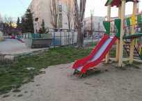 Как уживаются мусорные баки рядом с детскими площадками в Севастополе, фото — «Рекламы Севастополя»