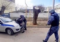 В Крыму мужчина угрожал охраннику супермаркета ножом, фото — «Рекламы Алушты»