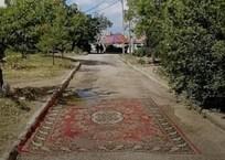 Жители Севастополя «заткнули» дыры в асфальте ковром, фото — «Рекламы Севастополя»